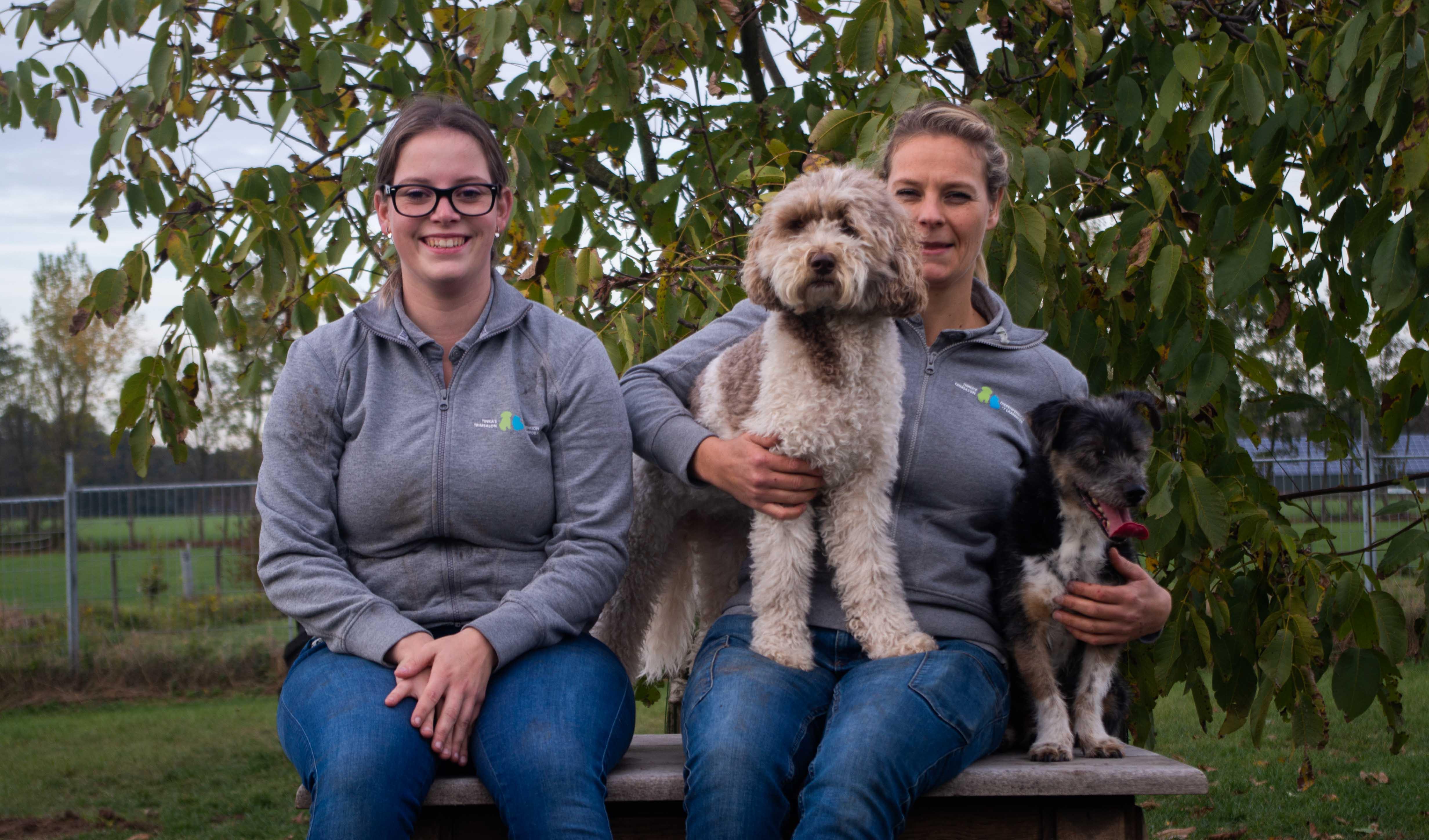 Dierenpension team met twee honden.